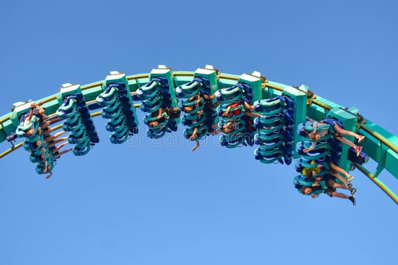 Άνθρωποι που απολαμβάνουν τεράστιο rollercoaster Kraken στο θεματικό πάρκο 8 Seaworld στοκ φωτογραφία