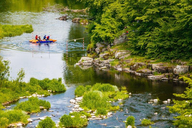 Άνθρωποι που κατά μήκος του ποταμού βουνών την άνοιξη Ακραίοι αθλητικοί συμμετέχοντες στοκ φωτογραφία