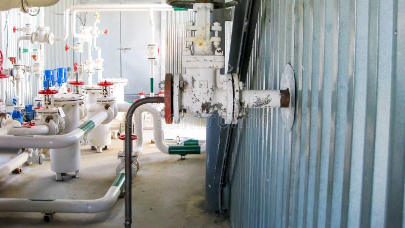Άντληση νερού άντλησης Βαλβίδα χεριών στο σωλήνα στοκ φωτογραφίες με δικαίωμα ελεύθερης χρήσης