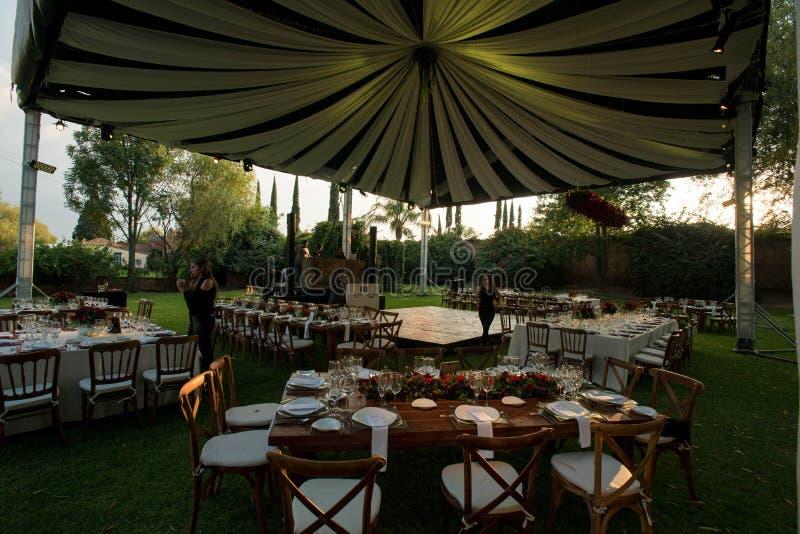Άσπρη γαμήλια σκηνή πολυτέλειας, διακοσμημένο awning στην κομψή δεξίωση γάμου στοκ φωτογραφίες
