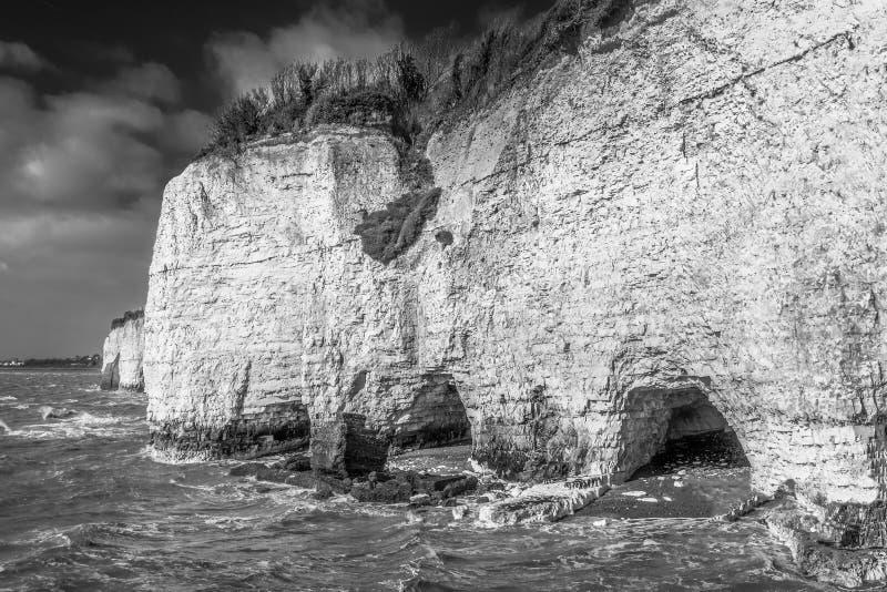 Άσπροι απότομοι βράχοι και αψίδες at high tide στον κόλπο Pegwell, Κεντ, Thanet, που βλέπει από το βασιλικό δρόμο λιμενικής προσέ στοκ εικόνες