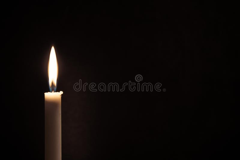 Άσπρο καίγοντας κερί σε ένα μαύρο υπόβαθρο Πένθος, καίγοντας κερί στοκ φωτογραφία με δικαίωμα ελεύθερης χρήσης