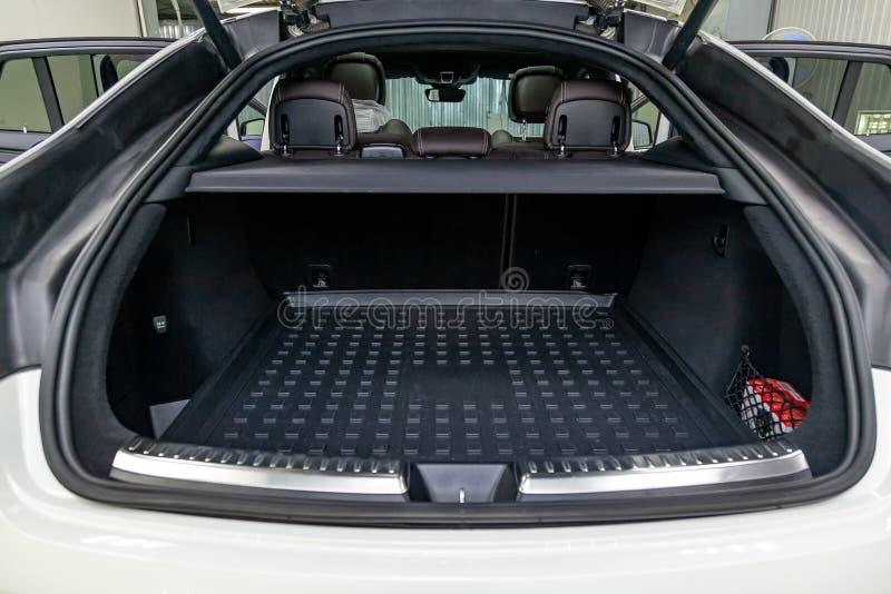 Άσπρο διάστημα αποσκευών στο σώμα του SUV hatchback με τις ανοικτά οπίσθια πόρτες και το εσωτερικό στοκ φωτογραφία με δικαίωμα ελεύθερης χρήσης