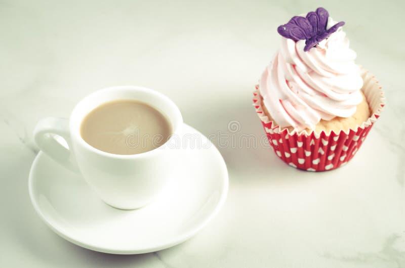 Άσπρο φλυτζάνι Cappuccino και φρέσκο κέικ με το άσπρο φλυτζάνι πεταλούδων/cappuccino και φρέσκο κέικ με την πεταλούδα σε ένα άσπρ στοκ φωτογραφία με δικαίωμα ελεύθερης χρήσης