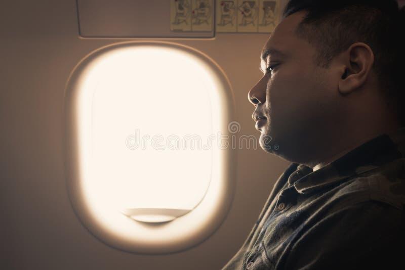 Άτομο αφηρημένο στο κάθισμα παραθύρων αεροπλάνων στοκ φωτογραφίες με δικαίωμα ελεύθερης χρήσης