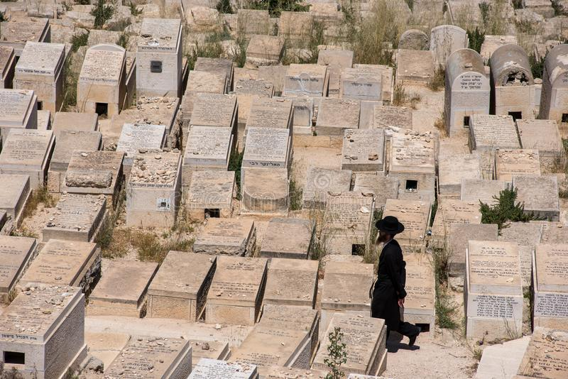 Άτομο Εβραίου που περπατά στο νεκροταφείο στοκ φωτογραφία