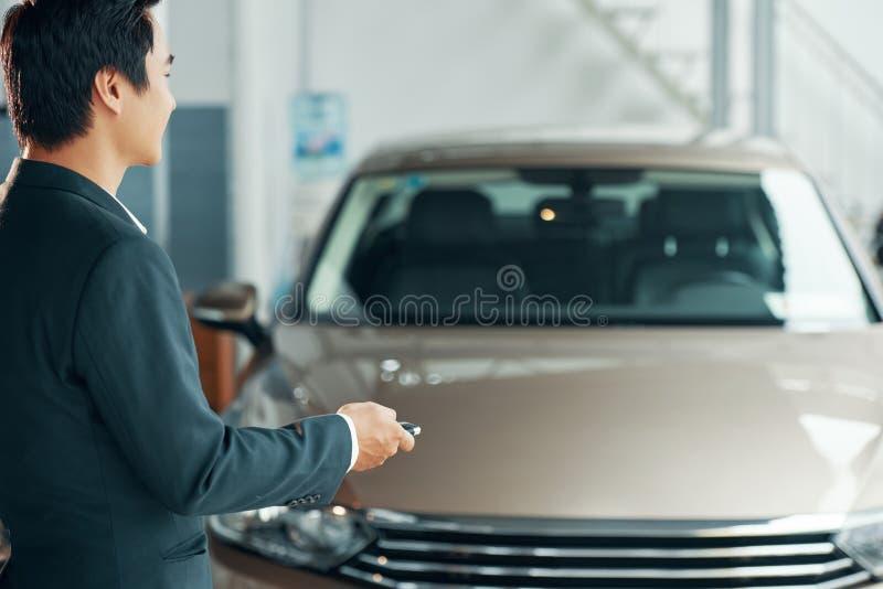Άτομο που ανοίγει το αυτοκίνητό του στοκ φωτογραφίες με δικαίωμα ελεύθερης χρήσης