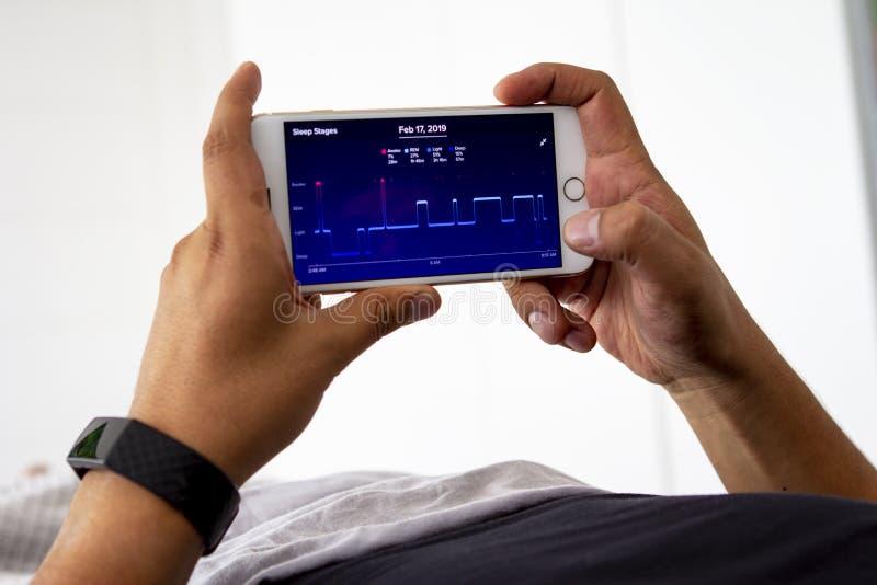 Άτομο που ελέγχει τη νύχτα ύπνου του με app στοκ εικόνες με δικαίωμα ελεύθερης χρήσης