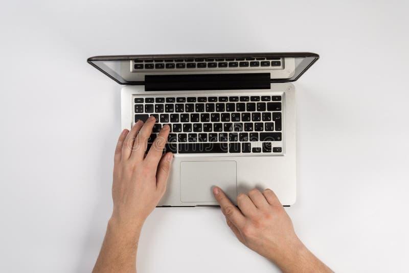 Άτομο που εργάζεται στο σύγχρονο γραφείο Τοπ όψη στοκ εικόνες με δικαίωμα ελεύθερης χρήσης