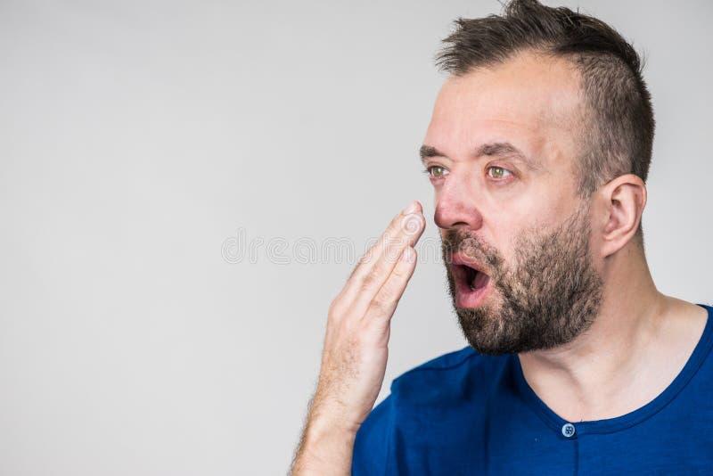 Άτομο που η μυρωδιά αναπνοής του στοκ φωτογραφία με δικαίωμα ελεύθερης χρήσης