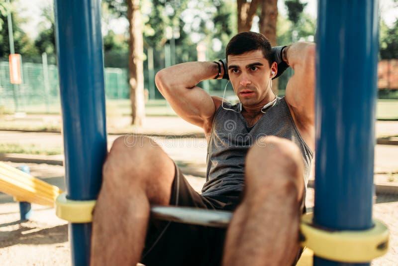 Άτομο που κάνει την άσκηση στην υπαίθρια, πίσω άποψη Τύπου στοκ φωτογραφία με δικαίωμα ελεύθερης χρήσης