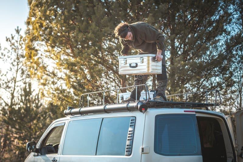 Άτομο που στέκεται πάνω από ένα φορτηγό με ένα κιβώτιο μετάλλων στοκ φωτογραφία με δικαίωμα ελεύθερης χρήσης
