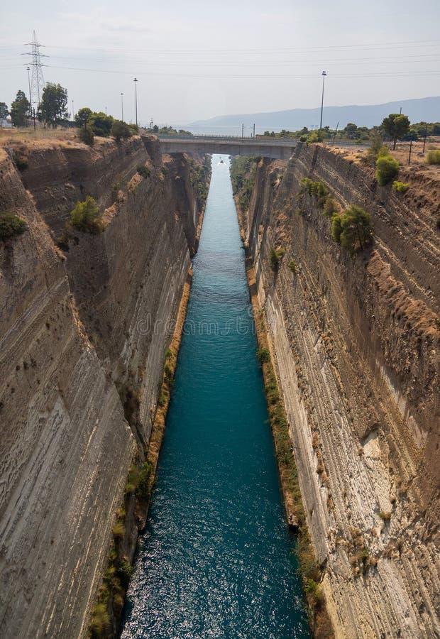 Άποψη από τη γέφυρα στις βάρκες και άποψη από τη γέφυρα στις βάρκες και τα γιοτ που περνούν μέσω του καναλιού Corinth από έναν ηλ στοκ εικόνα