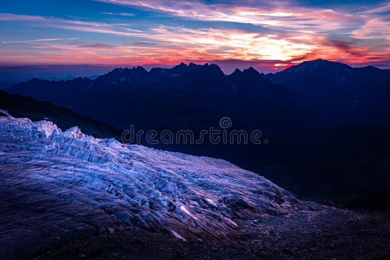Άποψη ηλιοβασιλέματος παγετώνων, βουνά ορεινών όγκων της Mont Blanc, Γαλλία στοκ εικόνες