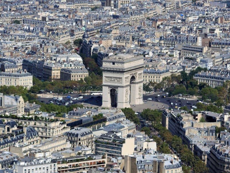 Άποψη ημέρας του τόξου de Triomphe και Παρίσι από το ύψος του πύργου του Άιφελ στοκ εικόνα