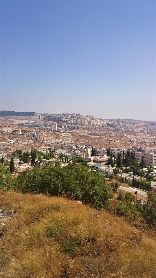Άποψη μιας νέας περιοχής στην Ιερουσαλήμ, ενάντια σε έναν μπλε ουρανό και έναν κίτρινο χορτοτάπητα με την ξηρά χλόη, Ισραήλ στοκ φωτογραφίες με δικαίωμα ελεύθερης χρήσης