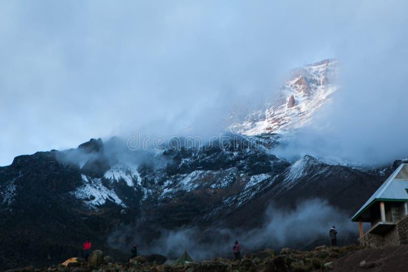 Άποψη σε Kilimanjaro από το στρατόπεδο Baranco στοκ εικόνες με δικαίωμα ελεύθερης χρήσης