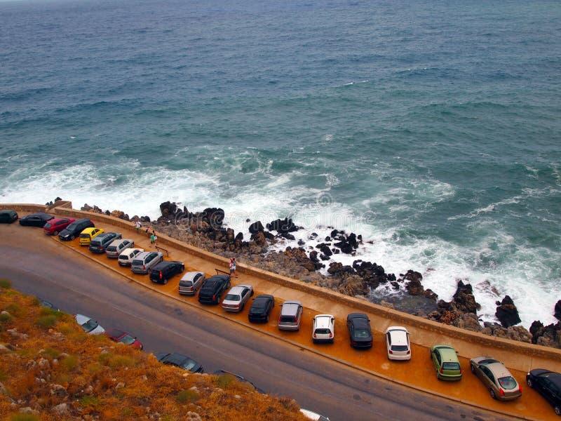 Άποψη της ακτής, της θάλασσας και του χώρου στάθμευσης κοντά στο παλαιό φρούριο Fortezza στην ελληνική πόλη Ρέτχυμνου Κρήτη στοκ φωτογραφία με δικαίωμα ελεύθερης χρήσης