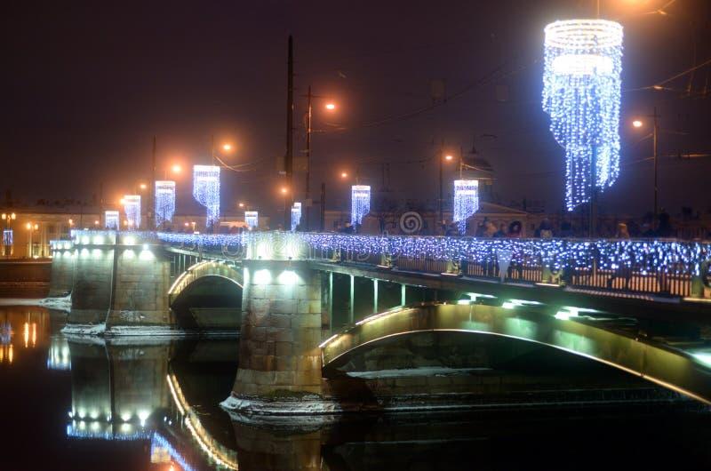 Άποψη της γέφυρας ανταλλαγής στη χειμερινή νύχτα στοκ εικόνα