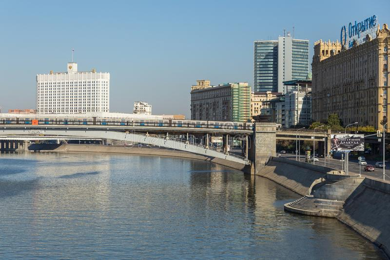 Άποψη της γέφυρας τραίνων πέρα από τον ποταμό της Μόσχας, Μόσχα, Ρωσία στοκ εικόνα