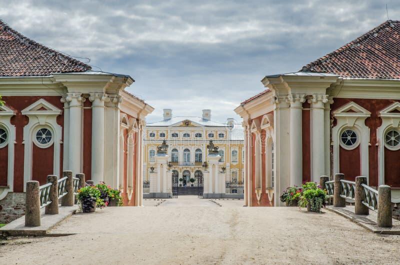 Άποψη της εισόδου Rundale Pils Χτίστηκε στα 1730 για να σχεδιάσει από το Bartolomeo Rastrelli ως θερινή κατοικία Biron, ο δούκας στοκ φωτογραφία με δικαίωμα ελεύθερης χρήσης