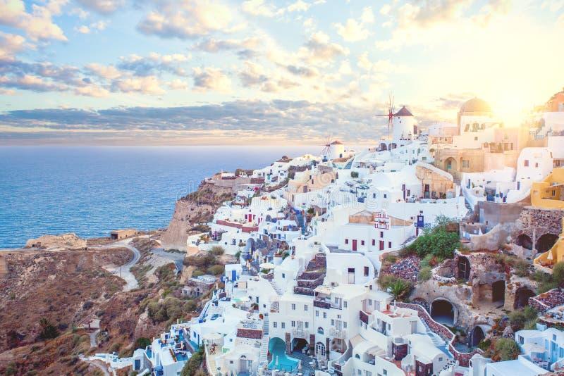 Άποψη της Ελλάδας Santorini Καταπληκτικό τοπίο με τους Λευκούς Οίκους Εραστές νησιών στοκ εικόνες