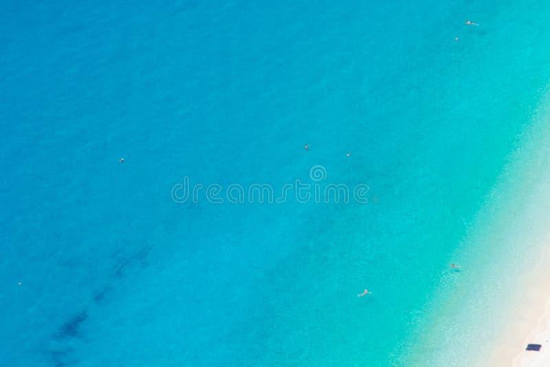 Άποψη της παραλίας Kefalonia Greecen Myrtos στο τ στοκ εικόνα