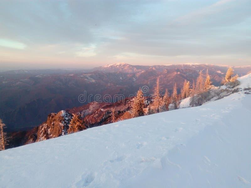 Άποψη του βουνού Buila στην ανατολή στοκ εικόνα με δικαίωμα ελεύθερης χρήσης