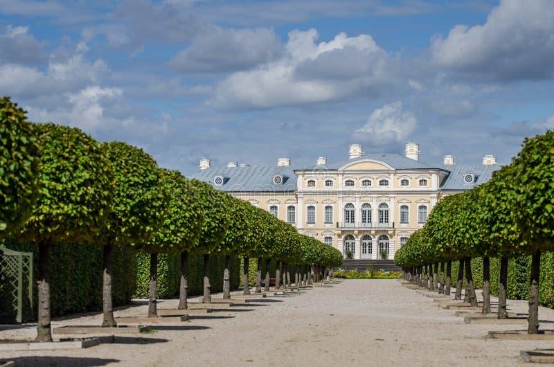 Άποψη του πάρκου Rundale Pils Χτίστηκε στα 1730 για να σχεδιάσει από το Bartolomeo Rastrelli ως θερινή κατοικία Biron, ο δούκας στοκ εικόνα