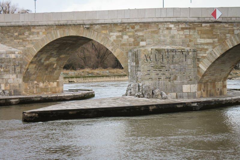 Άποψη ποταμών της παλαιάς πέτρινης γέφυρας Ρέγκενσμπουργκ στοκ εικόνα
