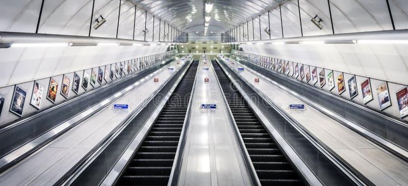 Άποψη προοπτικής Μετρό του Λονδίνου κυλιόμενων σκαλών στοκ φωτογραφία με δικαίωμα ελεύθερης χρήσης