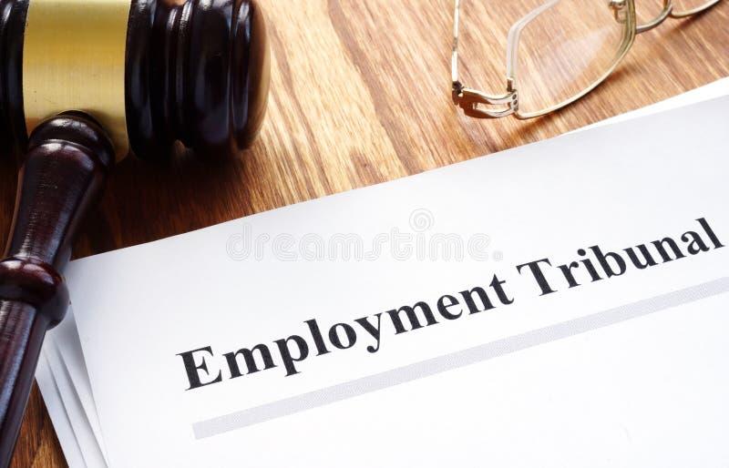 Έγγραφα δικαστηρίων απασχόλησης με τη μάνδρα στοκ φωτογραφία με δικαίωμα ελεύθερης χρήσης