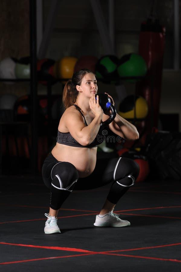 Έγκυος θηλυκός αθλητής που κάνει goblet τις στάσεις οκλαδόν στοκ φωτογραφίες με δικαίωμα ελεύθερης χρήσης
