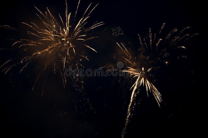 Έκρηξη δύο φωτεινή ζωηρόχρωμη πυροτεχνημάτων στον ουρανό στοκ εικόνα