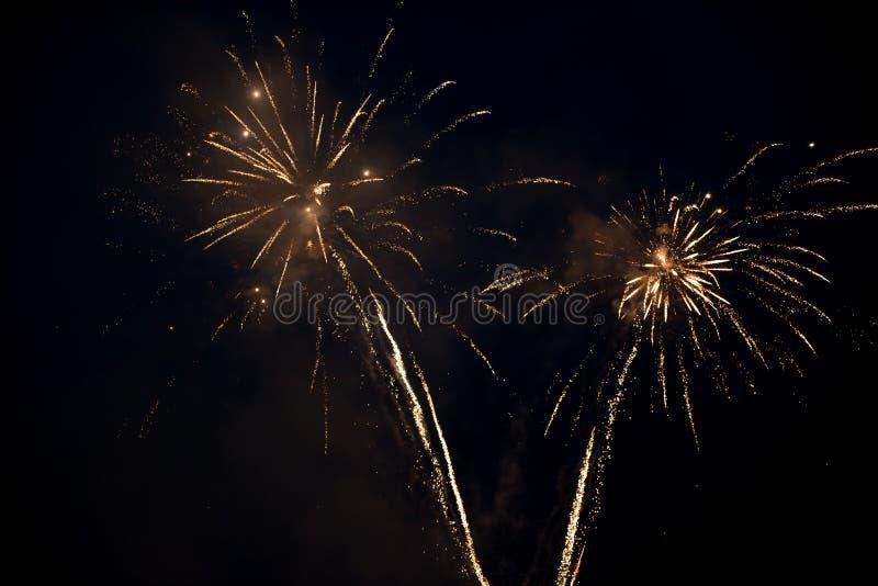 Έκρηξη δύο φωτεινή ζωηρόχρωμη πυροτεχνημάτων στον ουρανό στοκ φωτογραφία
