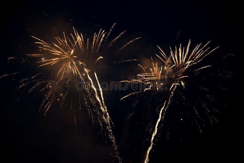 Έκρηξη δύο φωτεινή ζωηρόχρωμη πυροτεχνημάτων στον ουρανό στοκ εικόνες