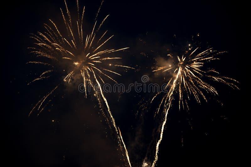 Έκρηξη δύο φωτεινή ζωηρόχρωμη πυροτεχνημάτων στον ουρανό στοκ φωτογραφία με δικαίωμα ελεύθερης χρήσης
