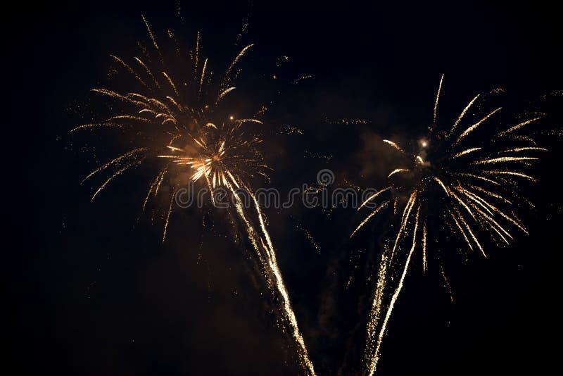 Έκρηξη δύο φωτεινή ζωηρόχρωμη πυροτεχνημάτων στον ουρανό στοκ εικόνες με δικαίωμα ελεύθερης χρήσης