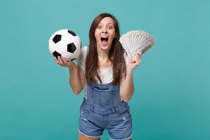 Έκπληκτος οπαδός ποδοσφαίρου γυναικών με την ανοιγμένη αγαπημένη ομάδα στοματικής υποστήριξης με τη σφαίρα ποδοσφαίρου, ανεμιστήρ στοκ φωτογραφίες