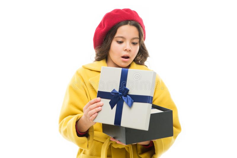 Έκπληκτο παιδί Μοντέρνο κιβώτιο δώρων λαβής παιδιών Το κορίτσι χαριτωμένο λίγα γυναικεία παλτό και beret φέρνει το δώρο Έννοια αγ στοκ φωτογραφία