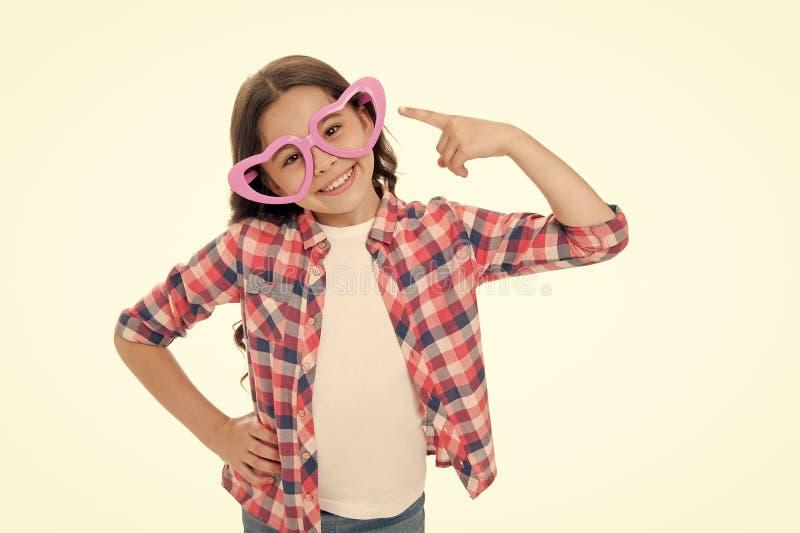 Έλεγχος έξω το ύφος μου Ευτυχής καλός παιδιών φορά το χαριτωμένο εξάρτημα γυαλιών Γοητευτικό απομονωμένο χαμόγελο άσπρο υπόβαθρο  στοκ φωτογραφίες με δικαίωμα ελεύθερης χρήσης