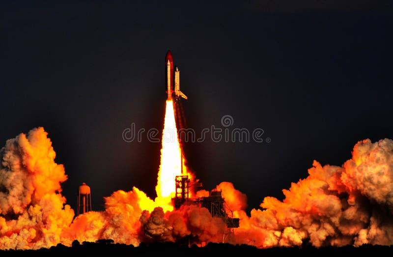 Έναρξη πυραύλων διαστημικών λεωφορείων στο ακρωτήριο Kennedy - λεπτομερείς σύννεφα και φλόγα στοκ φωτογραφία