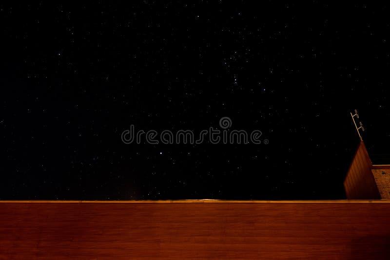 Ένας έναστρος ουρανός επάνω από ένα κτήριο στοκ εικόνες με δικαίωμα ελεύθερης χρήσης