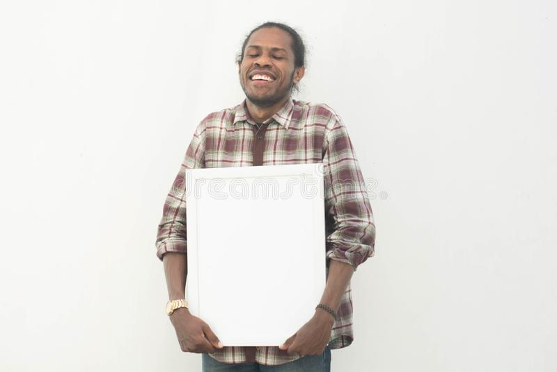 Ένας νέος κενός λευκός πίνακας εκμετάλλευσης μαύρων με το απομονωμένο υπόβαθρο στο λευκό, χαμόγελο Αφρική Αμερική που κρατά το λε στοκ φωτογραφία με δικαίωμα ελεύθερης χρήσης
