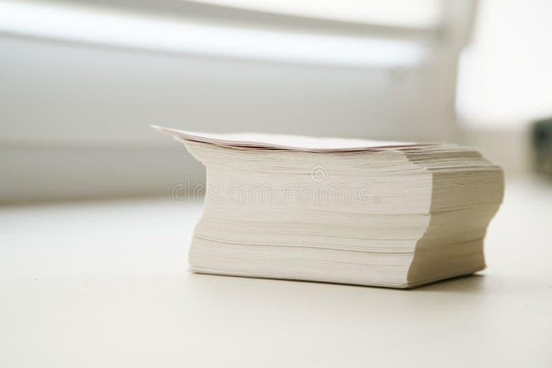Ένας σωρός των σημειώσεων είναι στο windowsill στο γραφείο στοκ φωτογραφία με δικαίωμα ελεύθερης χρήσης