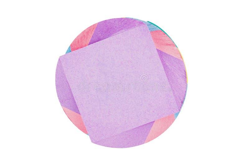 Ένας σπειροειδής φραγμός των πολυ χρωματισμένων τετραγωνικών κενών αυτοκόλλητων ετικεττών εγγράφου που απομονώνεται στο άσπρο υπό στοκ εικόνα