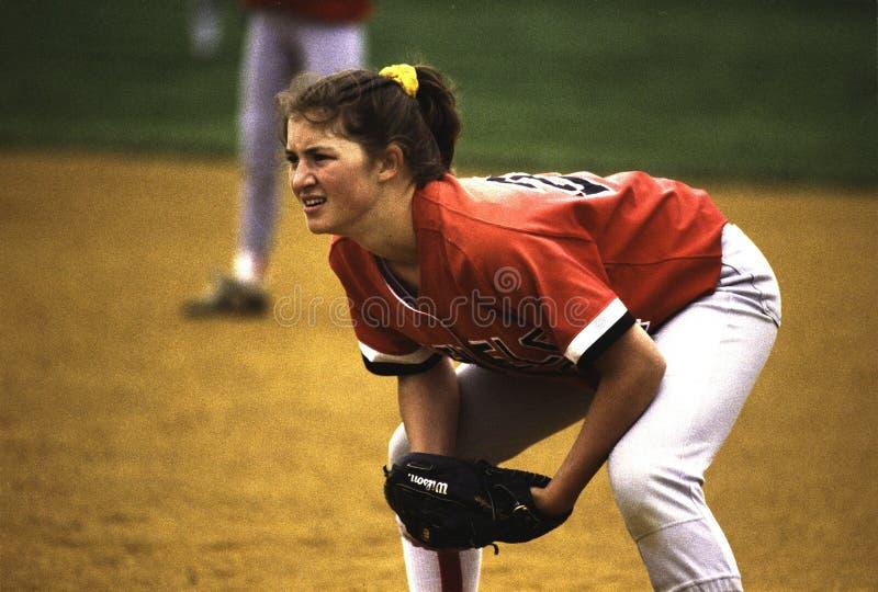 Ένας παίζοντας παίχτης πρώτης βάσης κοριτσιών σε ένα παιχνίδι σόφτμπολ στοκ φωτογραφία