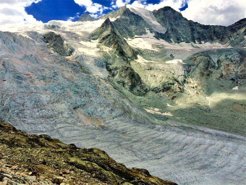 Ένας παγετώνας στις Άλπεις, το καλοκαίρι στοκ φωτογραφία