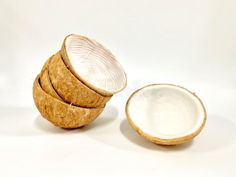 Ένα άσπρου, χνουδωτού και καρύδων κοχύλι κρέατος καρύδων, ανοικτό καφέ, ξυμένος και συσσωρευμένος απομονωμένος σε ένα άσπρο υπόβα στοκ φωτογραφίες