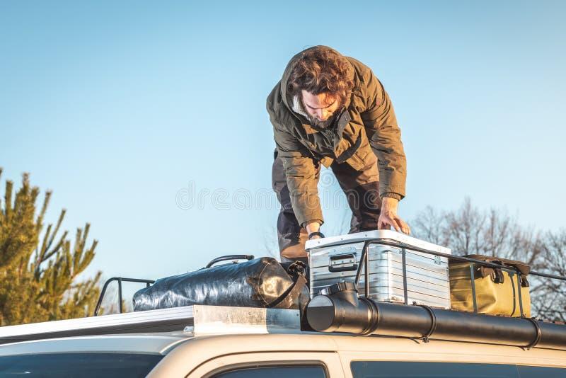 Ένα άτομο ελέγχει ένα κιβώτιο μετάλλων στο ράφι στεγών ενός φορτηγού στοκ φωτογραφίες με δικαίωμα ελεύθερης χρήσης